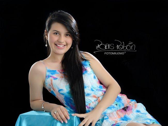 estudio-fotografico-especializado-para-quince-años-donde-se-expresa-la-naturalidad-sonrisa-sencilles-tomado-por-doris-pabon